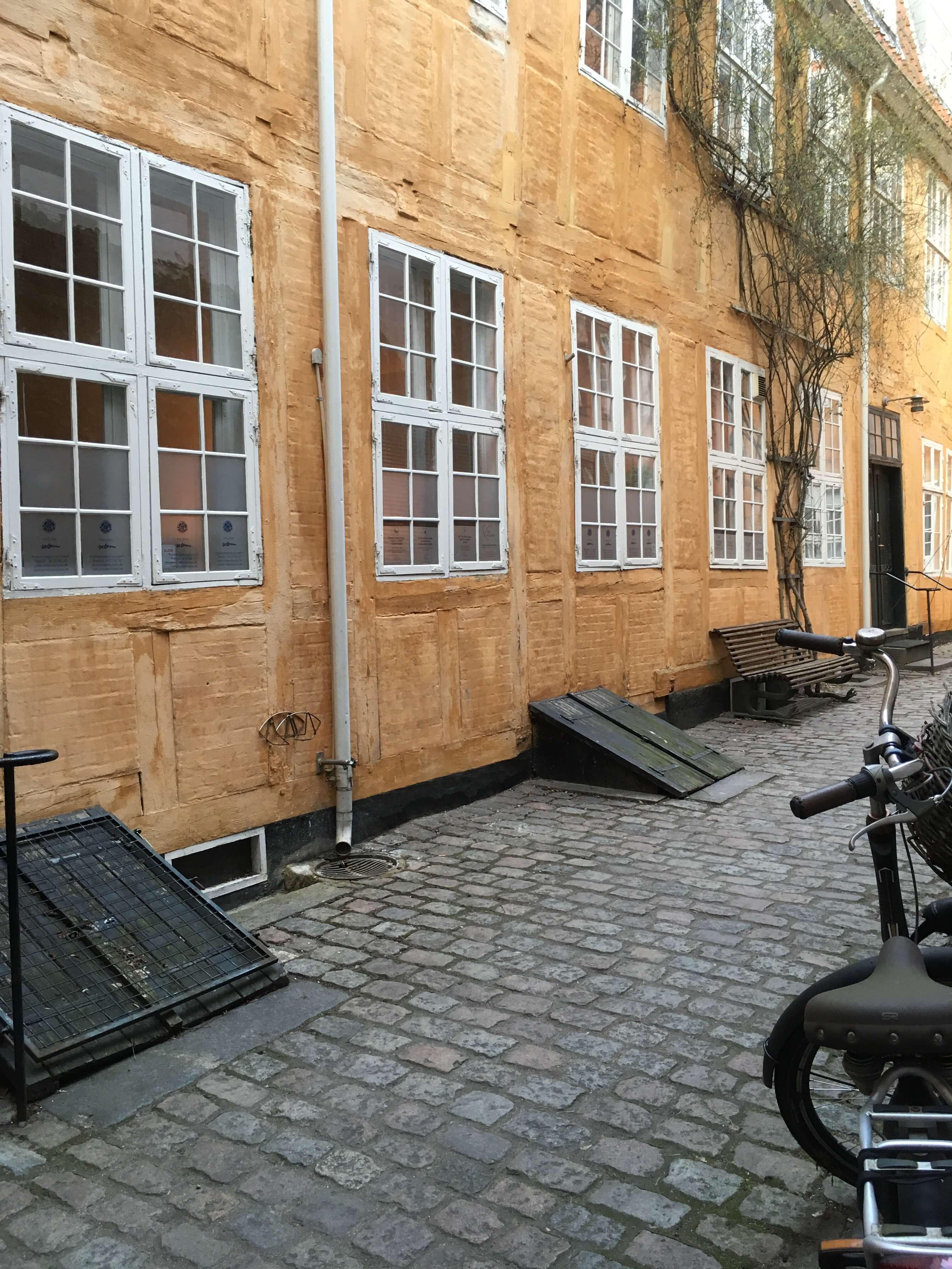 NytPerspektiv lokale i Lille Strandstræde udenfor